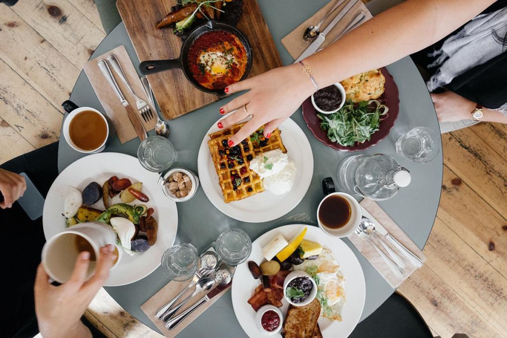 オシャレな料理がたくさんのテーブル